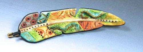 broche plume colorée